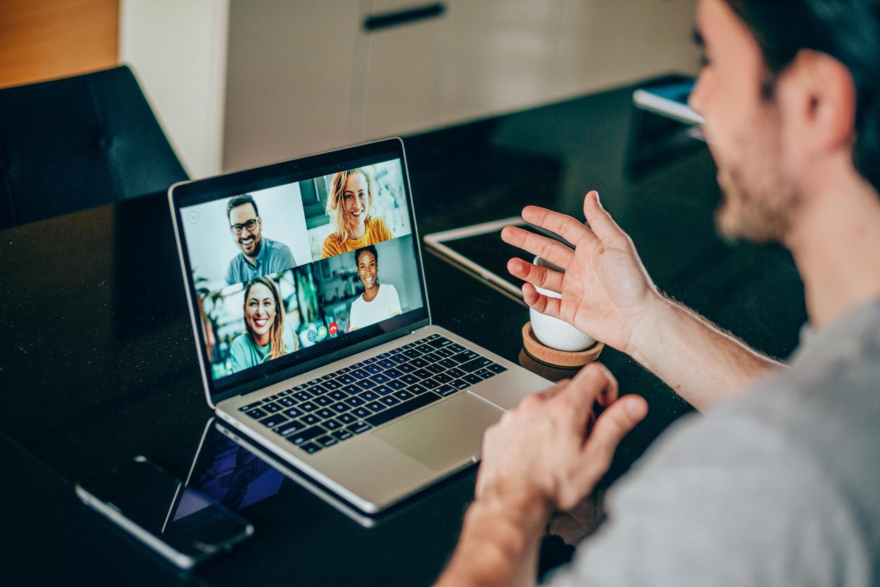 Mann vor Notebook bei Videokonferenz mit 4 Personen